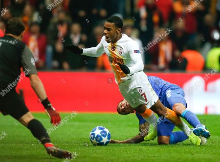 Porto defender Maxi Pereira, right, polls Galatasaray forward Garry Rodrigues during the Champions League Group D soccer match between Galatasaray and Porto in Istanbul