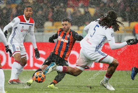 Junior Moraes (C) of Shakhtar in action against Jason Denayer (R) of Lyon during the UEFA Champions League group F soccer match between Shakhtar Donetsk and Olympique Lyon in Kiev, Ukraine, 12 December 2018.