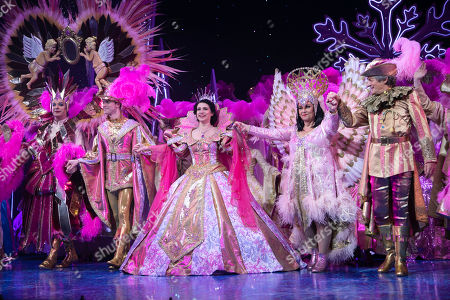 Julian Clary (The Man in The Mirror), Charlie Stemp (The Prince), Danielle Hope (Snow White), Dawn French (The Wicked Queen) and Nigel Havers (The Understudy) during the curtain call