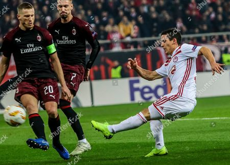 Olympiacos?s Daniel Podence (R) vies for the ball with Milan?s Ignazio Abate during the during game between Olympiacos FC and AC Milan for the UEFA Europa league group stage in Karaiskaki Stadium in Piraeus, Greece, 13 December 2018.