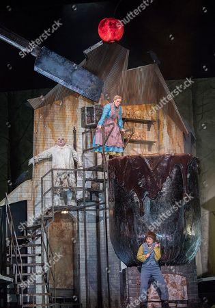 Gerhard Siegel as The Witch, Jennifer Davis as Gretel, Hanna Hipp as Hansel,