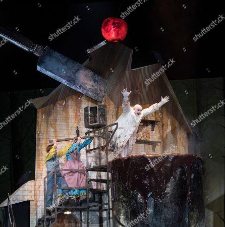 Hanna Hipp as Hansel,  Jennifer Davis as Gretel, Gerhard Siegel as The Witch,