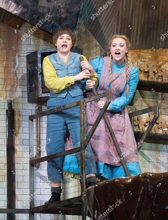 Hanna Hipp as Hansel,  Jennifer Davis as Gretel,