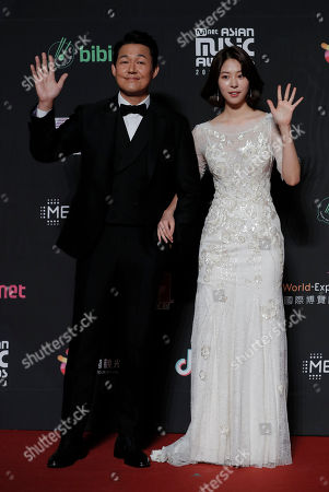 Suh Eun-su, Park Sung-woong. South Korean actress Suh Eun-su, right, and actor Park Sung-woong pose for photos on the red carpet of the Mnet Asian Music Awards (MAMA) in Hong Kongi