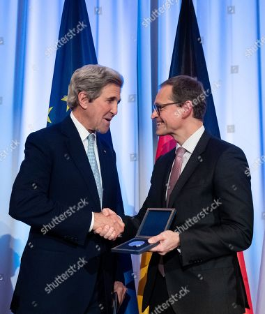 Former US Secretary of State John F. Kerry (L) and Governing Mayor of Berlin Michael Mueller (R) shake hands during an award ceremony for the Otto Hahn Peace Medal 2018 at the Rotes Rathaus in Berlin, Germany, 14 December 2018. Kerry receives the Gold Medal which is named after the German nuclear chemist and 1944 Nobel Laureate Otto Hahn, who is an honorary citizen of Berlin.