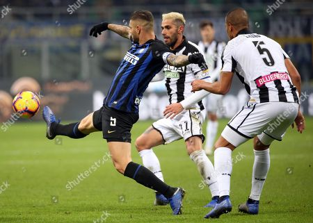 Inter's Mauro Icardi (L), Udinese's Valon Behrami  (C) and Udinese's William Troost Ekong in action during the Italian Serie A soccer match between FC Inter and Udinese Calcio at 'Giuseppe Meazza' stadium in Milan, Italy, 15 December  2018.
