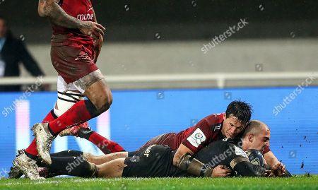 Montpellier vs RC Toulon. Montpellier's Ruan Pienaar scores a try despite Francois Trinh-Duc of Toulon