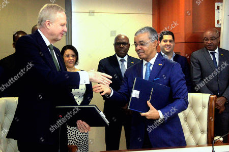 Carlos Saturnino (R), CEO of Sonangol, and Bob Dudley (L), group Chief Executive of British Petroleum (BP), shake hands after the signture of bilateral agreements between the two oil companies in Luanda, Angola, 17 December 2018.