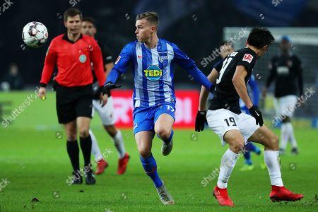 Berlin's Maximilian Mittelstaedt (C) and Augsburg's Koo Ja-Cheol (R) in action during the German Bundesliga soccer match between Hertha BSC and FC Augsburg, in Berlin, Germany, 18 December 2018.
