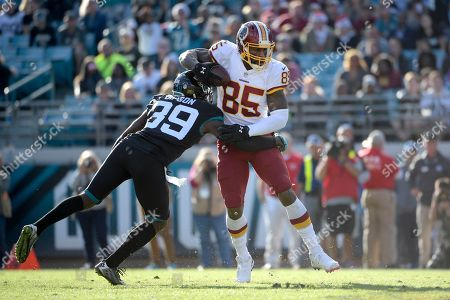 Washington Redskins tight end Vernon Davis (85) catches a pass in front of Jacksonville Jaguars free safety Tashaun Gipson (39) during the second half of an NFL football game, in Jacksonville, Fla