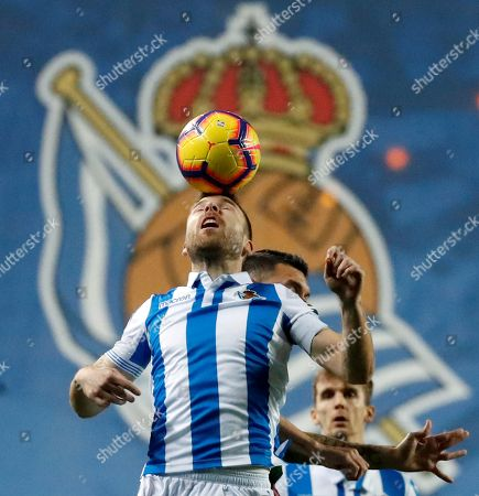 Real Sociedad's midfielder Asier illarramendi (C) vies for the ball with a Alaves' player during their Spanish Primera Division league game at Anoeta Stadium in San Sebastian, Basque Country, northern Spain, 21 December 2018.