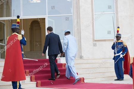 Idriss Deby welcomes Emmanuel Macron at the presidential Palace.