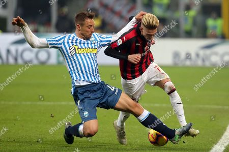 Milan's Samuel Castillejo (R) and Spal's Thiago Cionek in action during the Italian Serie A soccer match AC Milan vs S.P.A.L. at the Giuseppe Meazza stadium in Milan, Italy, 29 December 2018.