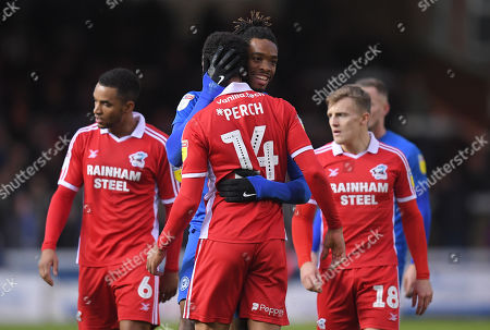 Ivan Toney of Peterborough United hugs James Perch of Scunthorpe United after an argument