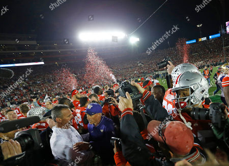 Ohio State Buckeyes head coach Urban Meyer shakes hands with Washington Huskies head coach Chris Petersen after the Rose Bowl game presented by Northwestern Mutual between the Ohio State Buckeyes and the Washington Huskies at the Rose Bowl in Pasadena, California