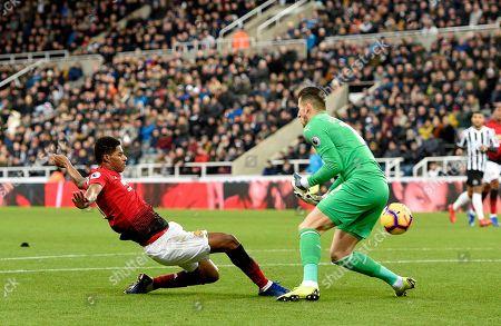 Marcus Rashford of Manchester United almost beats Goalkeeper Martin Dubravka of Newcastle United