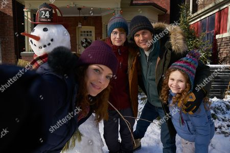 Stock Photo of Kimberly Williams-Paisley as Claire, Judah Lewis as Teddy, Oliver Hudson as Doug and Darby Camp as Kate