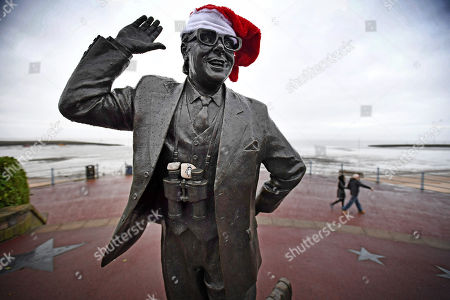 Statue Of Comedian Eric Morecambe On Morecambe Seafront. - Labour Group Momentum's Tactics In Lancashire Town Of Morecambe./copy Reid -20/12/17 Sue Reid Investigation -.