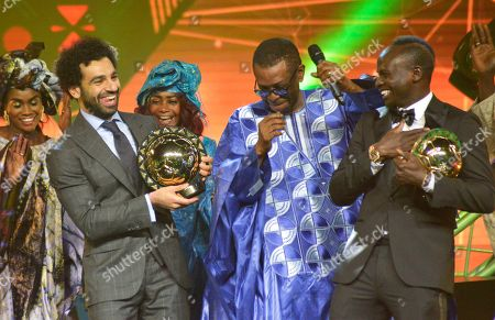 Mohamed Salah from Egypt (L) receives the Player of the Year award with runner up Sadio Mane from Senegal (R) with Senegalese singer Youssou Ndour (C) during the Confederation of African Football (CAF) awards at the Abdou Diouf International Conference Center in Dakar, Senegal, 08 January 2019.