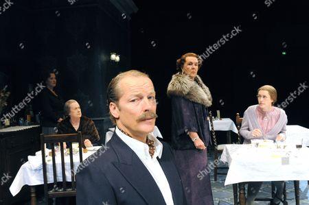 Stock Photo of Deborah Findlay (Miss Cooper), Josephine Tewson (Lady Matheson), Iain Glenn (Major Pollock), Stephanie Cole (Mrs Railton-Bell), Gina McKee (Sibyl)