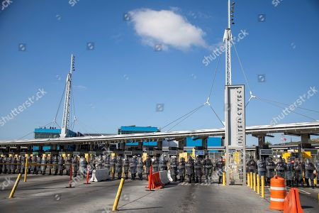 US Customs and Border Protection (CBP) participate in a simulation of the containment of migrants, in the border line of San Ysidro and the city of Tijauana, Mexico, 10 January 2018. Mayors of border cities assure that there is no 'crisis' on the border, as President Donald Trump says, that the wall that the President wants to build is not the 'magic solution' and fear the economic impact on their communities of the closure partial of the Government. Tony Martinez, mayor of the Texas city of Brownsville, said today that the border with Mexico is not 'Syria' nor does there exist any type of conflict or 'crisis' to demand the construction of a border wall.