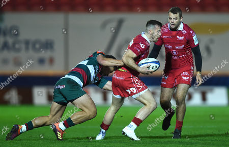 Gareth Davies of Scarlets is tackled by Matt Toomua of Leicester Tigers.