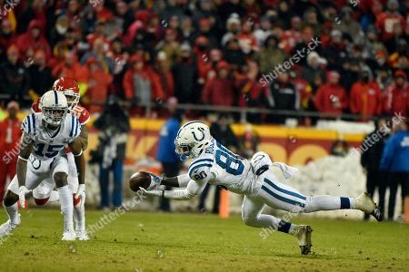 Indianapolis Colts wide receiver Dontrelle Inman (15) and Kansas City Chiefs cornerback Steven Nelson (20) watch as wide receiver Chester Rogers (80) can't hold on to a pass during the second half of an NFL divisional football playoff game in Kansas City, Mo