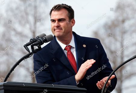 Oklahoma Gov. Kevin Stitt applauds outgoing Gov. Mary Fallin as he gives his inaugural speech during ceremonies in Oklahoma City
