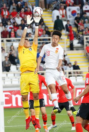 Goalkeeper Kim Seung-gyu (L) of South Korea in action against Liu Yang of China during the 2019 AFC Asian Cup group C preliminary round match between South Korea and China in Abu Dhabi, United Arab Emirates, 16 January 2019.