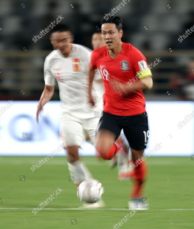 Kim Young-gwon (R) of South Korea in action during the 2019 AFC Asian Cup group C preliminary round match between South Korea and China in Abu Dhabi, United Arab Emirates, 16 January 2019.
