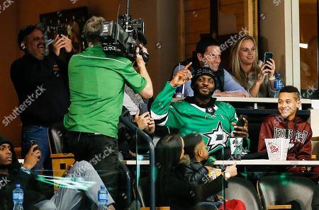 PHOTO. New Orleans Saints wide receiver Dez Bryant waves to the fan camera during the first period of an NHL hockey game between the Dallas Stars and Tampa Bay Lightning, in Dallas. Tampa Bay won 2-0