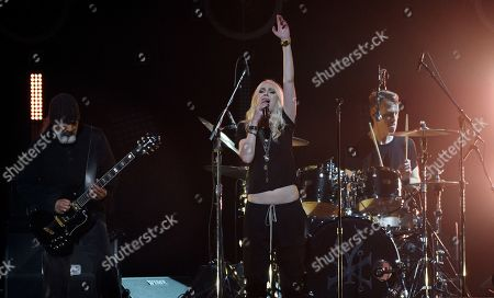 """Taylor Momsen, Kim Thayil, Matt Cameron. Singer Taylor Momsen, center, performs with Soundgarden members Kim Thayil, left, and Matt Cameron during """"I Am The Highway: A Tribute to Chris Cornell"""" at The Forum, in Inglewood, Calif"""