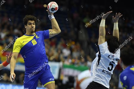 Jose Toledo of Brazil (L) in action against Choi Beom-Mun of Korea during the match between Brazil and Korea at the IHF Men's Handball World Championship in Berlin, Germany, 17 January 2019.