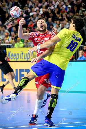 Domagoj Duvnjak of Croatia (L) in action against Jose Toledo of Brazil (R) during the main round group one match between Brazil and Croatia at the IHF Men's Handball World Championship in Cologne, Germany, 20 January 2019.