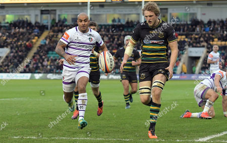 Leicester's Tom Varndell (Left) chases a kick ahead to the try line while Jamie Gibson tries to out run him