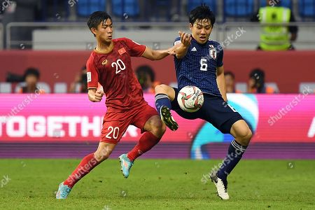 Endo Wataru (R) of Japan in action against Phan Van Duc (L) of Vietnam during the 2019 AFC Asian Cup quarterfinal match between Japan and Vietnam in Dubai, United Arab Emirates, 24 January 2019.
