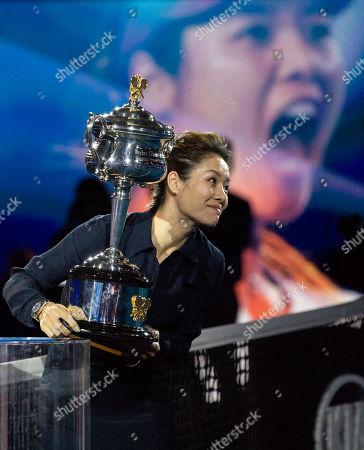 Feature Australian Open, Na Li, ehemalige Australian Open Siegerin traegt den Daphne Akhurst Memorial Pokal,Trophäe.