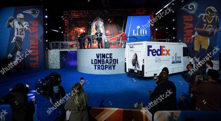 As the Official Delivery Service Sponsor of the NFL, FedEx ensured the safe and on-time delivery of the iconic Vince Lombardi Trophy to Super Bowl Experience, Driven by Hyundai, in time for Super Bowl LIII on in Atlanta. Jerome Bettis, Pro Football Hall of Famer and Super Bowl XL Champion, helped with the final delivery at the Georgia World Congress Center