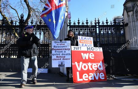 Pro EU and pro Leave EU campaigners stand outside parliament in London, Britain, 28 January 2019. On 29 January British Parliament will vote on British Prime Minister Theresa May's Plan B for Brexit and discuss the next steps proposed by May and alternative plans by MEPs, including plans to delay Britain's exit on 29 March 2019 by requesting an extension of the two-year negotiation period for Article 50.