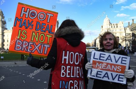Vote Leave supporters outside parliament in London, Britain, 28 January 2019. The House of Commons is set to vote on British Prime Minister Theresa May's Plan B for Brexit to parliament on 29 January.