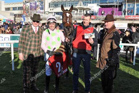 , Leopardstown, Irland, Min with Ruby Walsh, owner Rich Ricci (left) and trainer Willie Mullins (right) after winning the Dublin Chase at Leopardstown racecourse.