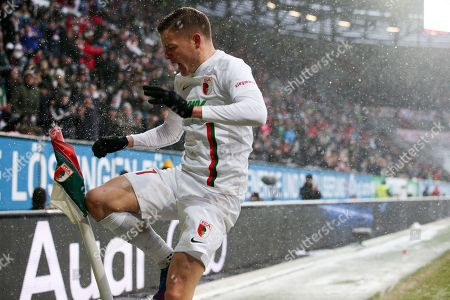 Alfred Finnbogason #27 (FC Augsburg)  3:0 springt zur Eckfahne, FC Augsburg vs. 1. FSV Mainz 05, Football, 1.Bundesliga, 02.02.2019,