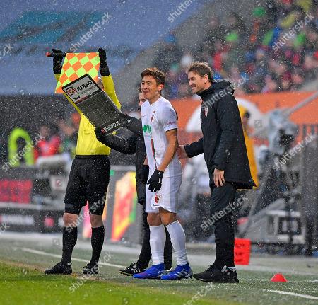03.02.2019, Football 1. Bundesliga 2018/2019, 20.  match day,  FC Augsburg - 1FSV Mainz 05, in WWK-Arena Augsburg. Ja-Cheol Koo (Augsburg) wird Eingewechselt, Co-Trainer Jens Lehmann (re, Augsburg) gibt ihm gut gelaunt nochmal Instruktionen mit.