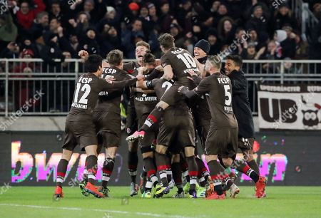 middle Alexander Meier 3:2, Ryo Miyaichi, Daniel Buballa, Florian Carstens, Christopher Buchtmann, Marvin Knoll, Sami Allagui    celebration   3:2   