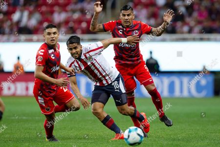 Chivas' Miguel Ponce (C) vies for the ball with Veracruz's Carlos Salcido (R) and Arturo Paganoni (L) during the Mexican tournament soccer match between Chivas and Veracruz at Akron stadium in Guadalajara, Mexico, 04 February 2019.