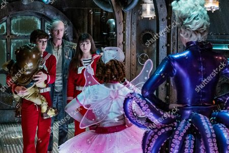 Louis Hynes as Klaus Baudelaire, Neil Patrick Harris as Count Olaf, Malina Weissman as Violet Baudelaire, Kitana Turnbull as Carmelita Spats and Lucy Punch as Esme Squalor