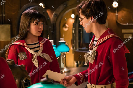 Malina Weissman as Violet Baudelaire and Louis Hynes as Klaus Baudelaire