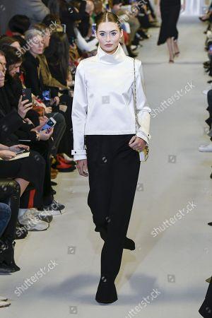 Grace Elizabeth on the catwalk