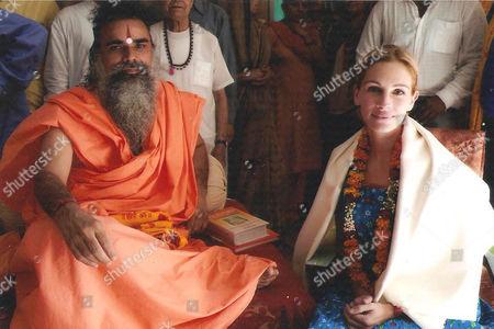 Julia Roberts with Swami Dharmdev, the head priest of the Hari Mandir Ashram in Pataudi