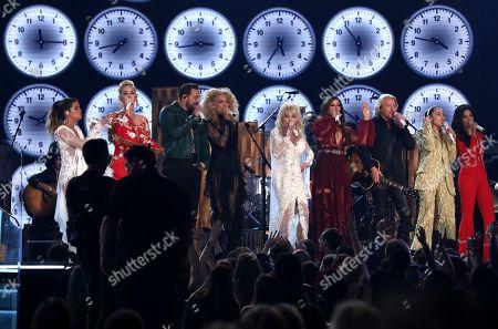 "Maren Morris, Katy Perry, Jimi Westbrook, Kimberly Schlapman,Dolly Parton, Karen Fairchild, Philip Sweet,Miley Cyrus, Kacey Musgraves. Maren Morris, from left, Katy Perry, Jimi Westbrook, Kimberly Schlapman, Dolly Parton, Karen Fairchild, Philip Sweet, Miley Cyrus and Kacey Musgraves perform ""9 to 5"" at the 61st annual Grammy Awards, in Los Angeles"